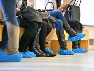 Бахилы должны бесплатно выдаваться пациентам в государственных больницах и поликлиниках.